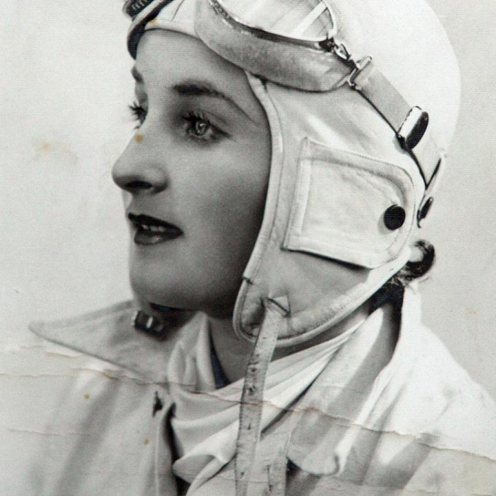 Story - Jean Burns became the first woman to parachute from a plane